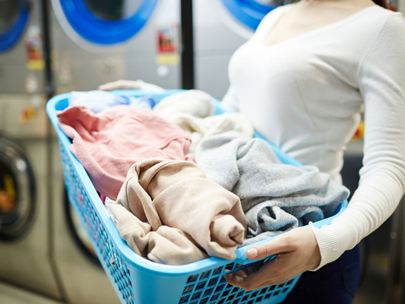 Z-Wash-Woman-in-laundromat